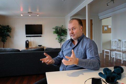 HJEMMEKONTOR: Russeren Alexander Grokhotov har en bakgrunn både fra militæret og forretningsverden - samt poltikk. Nå har han flyttet inn på fiskebruket i Løksfjord på Rebbenesøya.