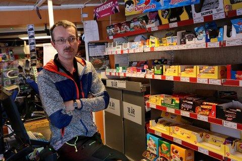 BEKYMRET: Jonny Engvik eier Matkroken i Engvika på Rebbenesøya. Som representant for Rebbenesøy utviklingslag uttrykker han bekymring rundt manglende mobildekning på en tikilometerstrekning langs østida av øya.