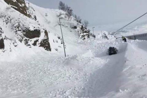 Ifølge Varsom.no er det stor snøskredfare også lørdag på Finnmarkskysten, i Vest-Finnmark, Nord-Troms, Lyngen og Tromsø. Den er ventet å gå ned ett nivå, til betydelig fare, søndag.