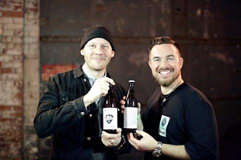 FORNØYD: Mikrobryggeriansvarlig Esben Rørnes i Mack, og festivalsjef Patrick Arnold, er storfornøyd med responsen Mack-ølet fikk i Portland. På baksiden av flasken vises Tromsø-bryggeriets spesielle hilsen til Donald Trump.
