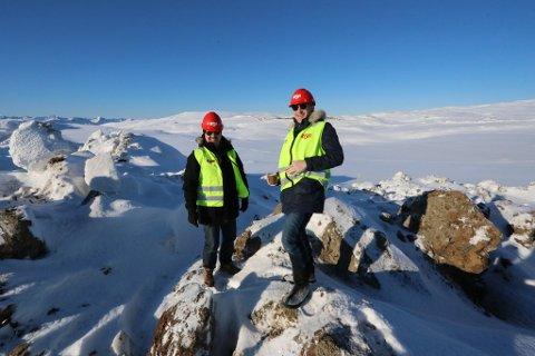HER KOMMER GIGANTUTBYGGINGEN: Prosjektrådgiver Kurt Bakkemo og Tor Bjarne Olsson på fjellet. Bak kommer vindturbinene.