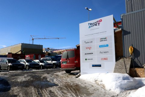 MANGE KOKKER: Tromsøbadet med skilt som viser noen av aktørene som er involvert.