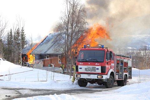 OVERTENT: Slik så det ut da brannvesenet kom fram til huset på Medby i Salangen.