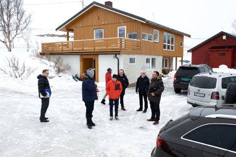 Her er retten på befaring på gården i Straumfjord. Kjennelsen om å heve gårdskjøpet er nå anket til lagmannsretten. Foto: Ola Solvang