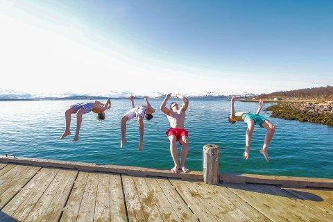 David Strømslund, Ole Seljelv, Julius Eriksson og Isak Lyslo hoppet i havet i Telegrafbukta i godvær 10. mai. I dag får de sjansen på nytt.
