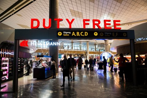 Kundene ledes gjennom taxfree-butikkene. Dette får markedskommunikatør til å reagere. Foto: Berit Roald (NTB scanpix)