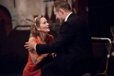 EN STOR ÆRE: Guri Johnson har vært fast ansatt på Hålogaland Teater i en årrekke, og nå har hun fått den gjeve utnevnelsen som æresmedlem i Norsk Skuespillerforbund. Her er hun sammen med Ketil Høegh i «Et drømspill» fra 2010.