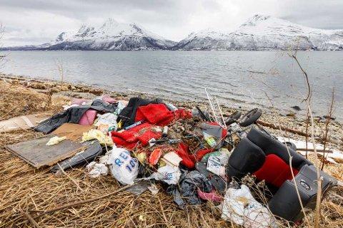 PRIVAT SØPPELFYLLING: En Tromsø-mann kom over denne søppelhaugen ved Mjelde på Kvaløya i april. Det meste av søppelet ligger der fortsatt.