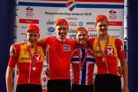 VANT SØLV: Andreas Leknessund (nummer to fra venstre) gliser for NM-sølv for seniorer sammen med lagkameratene i Uno-X. Foto: Uno-X