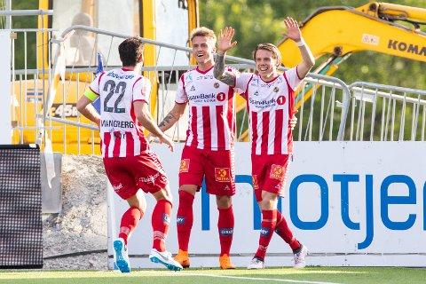 JUBEL: Robert Taylor (t.h.) jubler etter sin scoring. Her gratuleres han av kaptein Simen Wangberg (f.v.) og Runar Espejord.