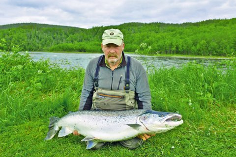 KJEMPERUGG: I fjor tok Alf Oddvar Kjelbotn denne drømmelaksen. Lørdag morgen var han på plass igjen nedenfor fossen.