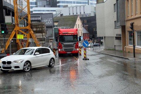 TRANGT: Små personbiler kommer seg greit fram, men det er svært trangt for større kjøretøy.