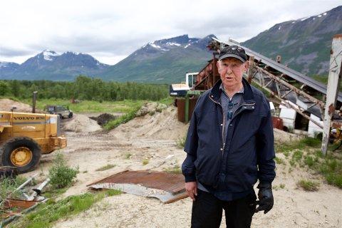 Hans Erik Jensen hevder dette nedlagte sandtaket skjuler ei stor søppelfylling. - Bare tøv, sier grunneieren. Foto: Ola Solvang