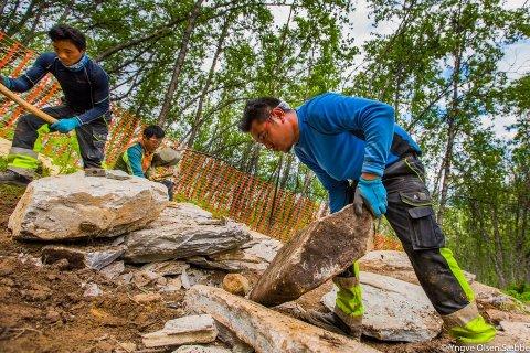 STEINTØFF JOBB: Nima Sherpa løfter en av de tunge steinhellene i sherpatrappa en julidag for to år siden.