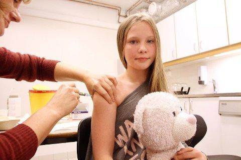 STOPPER KASTE-PLANER: Helsedepartementet har satt en stopper for planene om å destruere 18.000 doser HPV-vaksine. Her setter helsesøster Marit Rasmussen HPV-vaksine i armen til Sunniva Risvoll (12). Illustrasjonsfoto.