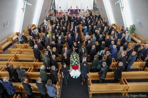 TOK FARVEL: En nesten fullsatt kirke tok farvel med Jan Henry T. Olsen. Familie, venner, kolleger og politikere deltok i bisettelsen. Her bæres kisten ut til tonene av «He Ain't Heavy, He's My Brother».