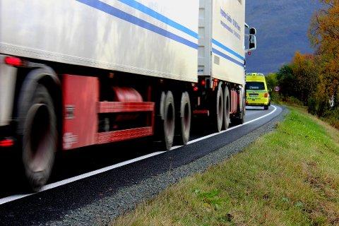 E8 I DAG: Slik ser det ut når tungtrafikken dundrer gjennom bebyggelsen på E8 i Ramfjord - på dagens vei. Foto: Bengt Nielsen