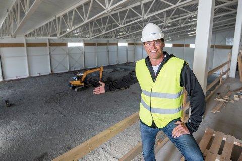 Daglig leder i TUIL, Inge Takøy, viser med stolthet frem bydelens fremtidige storstue.