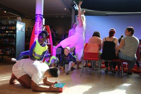 PREMIERE: «Den dansende kroppen» hadde premiere på biblioteket i Tromsø fredag formiddag. Forestillinga er for 3- 6-åringer, og handler blant annet om hvordan kroppen ser ut.