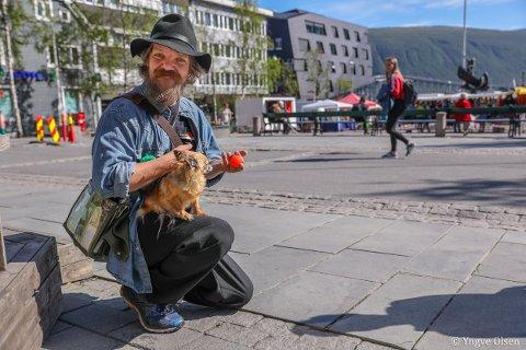 SATSER: Sven Erik Eriksen tryller først og fremst for folk han møter på gata, og på puber. De to siste årene har det avstedkommet såpass mye tips at han mer eller mindre har kunnet leve av det. Nå skal han ta steget videre som tryllekunstner.