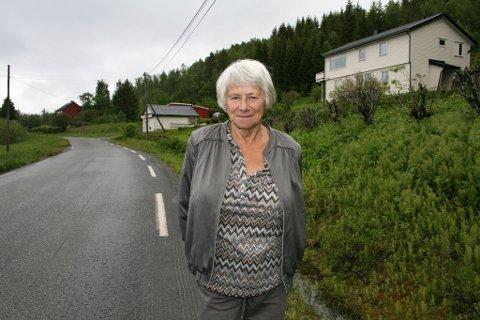 FEIL SIDE: Kommunegrensa går i svingen, 200 meter fra Jorund Olsen sitt hus i Espenesveien i Dyrøy.