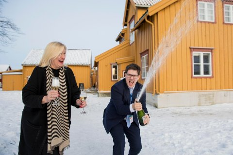 FEIRET: Line Fusdahl og Kent-Einar Myreng, direktør og kommunikasjonsleder for Nordlysfestivalen, spratt sjampanjen etter årets festival i januar/februar. Den ga publikumsrekord. Likevel viser siste årsregnskap underskudd.