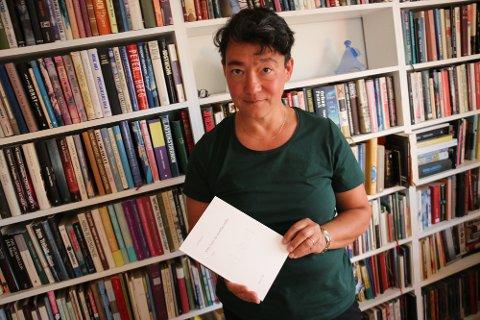 STORT SKRITT: Vår Benum jobber til daglig som psykolog, men opprettet nylig forlaget Pansori, for å gi ut sin egen diktsamling. Sønnen Yngve har redigert diktsamlinga. Forlaget skal Benum drive hjemmefra, på hobbybasis.