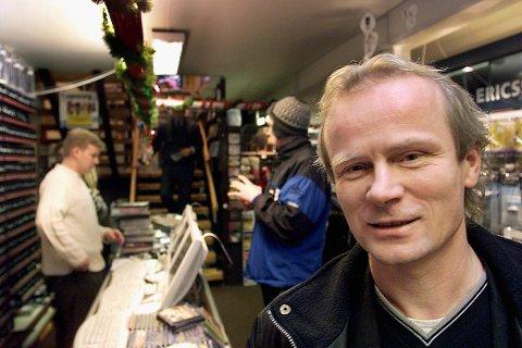 SATSER: Jan Johnsen, daglig leder og eier av Radio Tromsø, satser videre på lokalradioen og oppgraderer FM-senderne i store deler av fylket. Johnsen forteller at de har planlagt oppgraderinga i ett års tid.