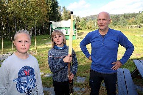 ANNERLEDES: - Leirskole er kjempemorsomt og noe helt annerledes enn vanlig skole, mener Joakim Brox og Sara Lund Straumsnes fra Slettaelva skole. Her er de sammen med daglig leder Svein Erik Wingstad ved Haraldvollen.