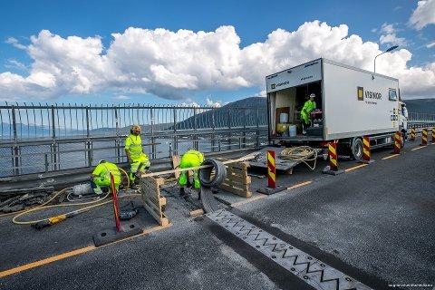 SNART FERDIG: Hoveddelen av arbeidet med å skfite ut metallfugene på Tromsøbrua ble ferdig i natt. Men det gjenstår fortsatt å bytte ut fugetersklene på siden av brua, forteller byggeleder Linda Hansen.