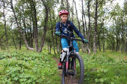 TIL HINDER: Sykling på stier i skog og fjell blir mer og mer populært i Tromsø, men noen prøver å ødelegge for syklistene ved å legge ut feller for dem. Silje Lauritsen i jentesykkelgruppa «Home girls in the north» har opplevd dette blant annet i Straumsbukta på Kvaløya. Her fra trening i Tromsømarka tirsdag kveld.