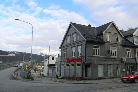 VED BRUA: Restauranten ligger rett ved bruhodet på Tromsøya. Foto: Mathilde Torsøe
