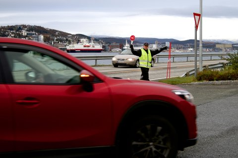 VINKES INN: Kjøretøyinspektør Frank Georgsen vinker en bil inn til kontrollplassen på Vekta i Tromsdalen søndag ettermiddag. Flere biler ble avskiltet i kontrollen.