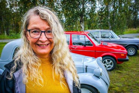HAR PERSONLIGHET: - De gamle bilene har sin egen personlighet, mener Inga Hjelseth, bilentusiast, tobarnsmamma og vernepleier. Foto: Bengt Nielsen