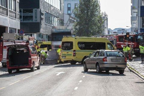OMKOM: En eldre kvinne omkom etter at hun havnet i klem under en lastebil i Tromsø sentrum forrige uke. Politiet reagerer på vitners atferd etter hendelsen. Foto: Ivan Ortegon