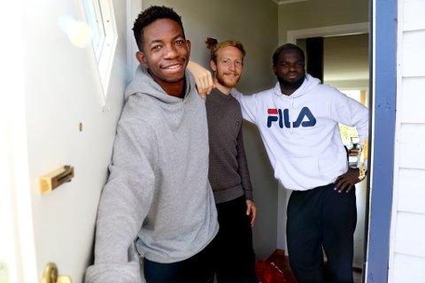 VELKOMMEN INN: TIL-spillerne Mushaga Bakenga (t.v.), Gjermund Åsen og Christian Landu-Landu har flyttet fra et hus i sentrumsområdet til en leilighet på Fagereng. Trioen trives godt under samme tak, der de i hvert fall blir boende ut året.
