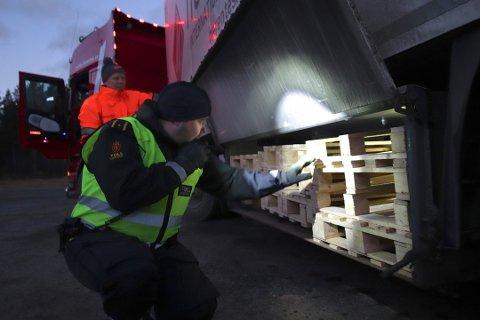 SJEKKER LASTEROM: Tollinspektør Robin Myrhaug fra en samarbeidskontroll i Skibotn i november i fjor.