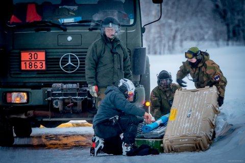 GRAVER: Her pakkes utstyr for å fraktes opp på Blåbærfjellet med helikopter.