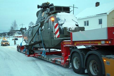 HELIKOPTERGAVE: Spesialtransporten hadde ingen problemer med å komme gjennom sentrum i Sørreisa.
