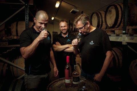 Bilde 2: Produksjonsteamet: F.v. Janis Sloka (assisterende destillatør), Tor Petter W. Christensen (daglig leder), Gjermund Stensrud (destillatør).