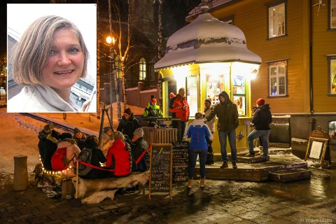 STRØMMET TIL: Folk strømmet til Rakettkiosken på Stortorget på nyttårsaften. Det var rene Klondike, sier kiosksjef Siri Therese Lier.