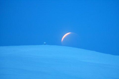 MÅNELANDING: Steinar Thorvaldsen i Tromsø Astronomiforening tok dette bildet av måneformørkelsen i 2010 over Kjølen på Kvaløya. Han anslår at bildet er tatt fem minutter etter at totaliteten var over. Foto: Steinar Thorvaldsen