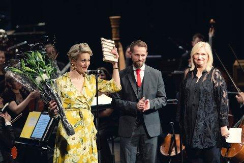 Marie Vangen tok imot prisen på vegne av sin venn Roger Ludvigsen. Foto: Nordlysfestivalen