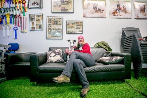 PÅ SOFAEN: Marita Holm Erntsen på sofaen med Lima. Holm er svært interessert i og opptatt av oppdrett og trening, og deltar i konkurranser med sine egne hunder. Til venstre kan man se hvordan det går.