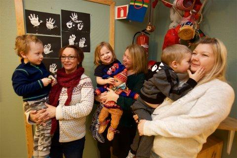 De protesterer mot det de mener blir en utvanning av innholdet i den samiske barnehageavdelingen på Storslett. Fra v. Geir Ailo (3,5), Sara Anne Bredesen, Kaisa Máret (3), Anne Inger Eira Lilleng. Matheo (4) og Hege Rollstad Nicolaisen. Foto: Ola Solvang