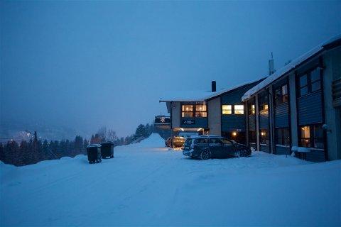 De fem skituristene i reisefølget bodde her, på Magic Mountain Lodge ved Lyngseidet. Både vertskap og gjester er preget etter ulykken. Foto: Ola Solvang