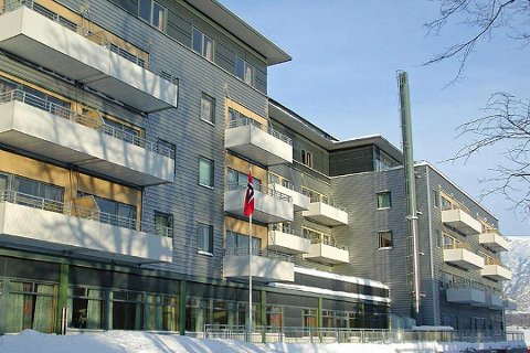 BOT PÅ JOBB: Det var utenfor hovedinngangen på Seminaret i Tromsø at sjåføren fra kommunen fikk seg en saftig parkeringsboten. Så begynte diskusjonen.