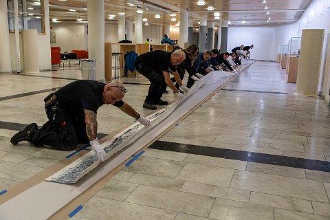 LANG HISTORIE: Den samisk historien er lang. Det samme er tekstilfrisen «Historja» laget av Britta Marakatt-Labbas. Det 24 meter lange kunstverket viser samiske myter, historie og hverdagsliv.