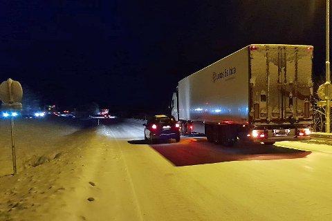 FULL STOPP: Her står et utenlandsk vogntog fast i bakken etter Tromsøsvingen tirsdag ettermiddag.