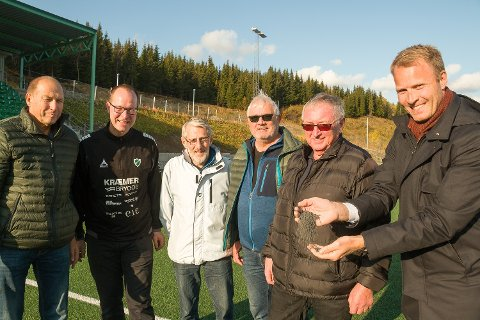 HYLLET: Kjell Hansen (til venstre), Magne Ripmann (daglig leder Fløya), Trond Kristiansen, Bengt Sørvoll og Halvor Nyheim i Fløyas dugnadsgjeng fikk skryt fra Lars Nymo Trulsen (Sparebank1 Nord-Norge, til høyre) for innsatsen med å gjøre Fløyas kunstgressbane gjenvinningsvennlig for granulatutspill.
